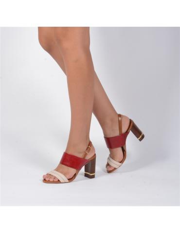 sandales à talons cloutées sur les bords